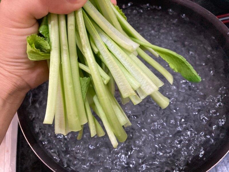 小松菜 根元から茹でる